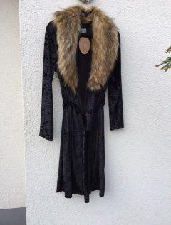 svart sammetskofta med päls