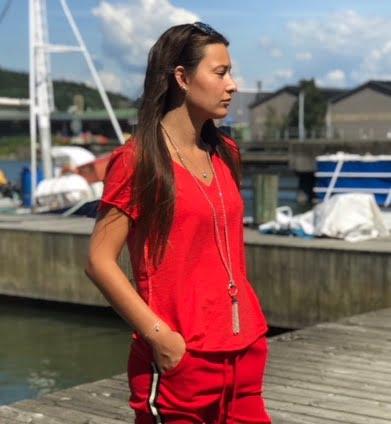 röd t-shirt med guldsömmar