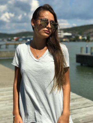 ljusgrå tshirt