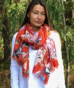 röd sjal med blommor
