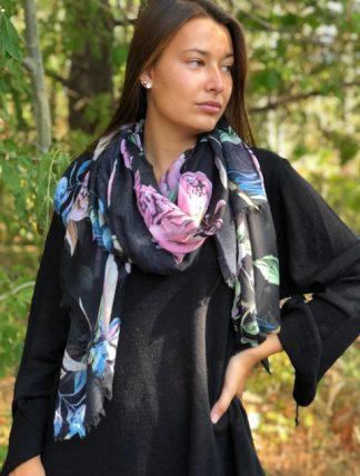 svart sjal med blommor