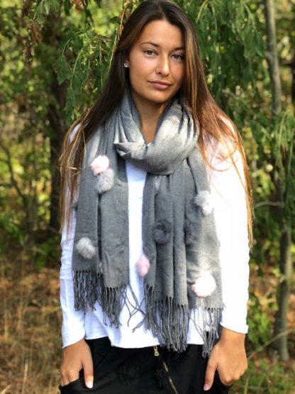 grå sjal med bollar