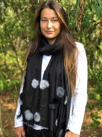 svart sjal med bollar