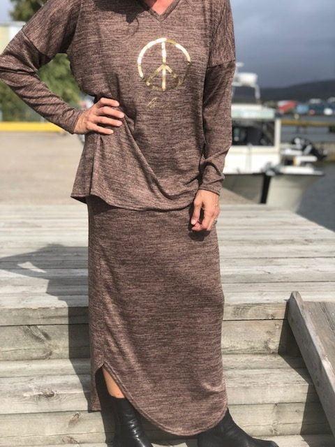 brun dress med peace
