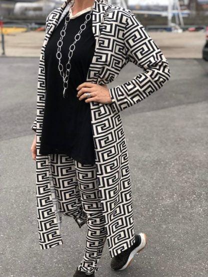 lång jacka svart och vit dam