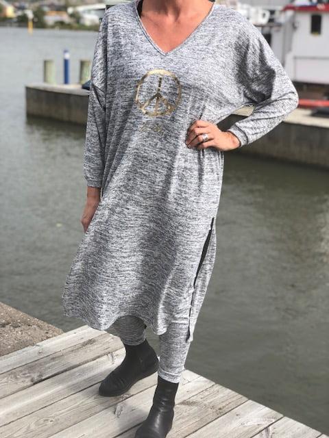 ljusgrå klänning
