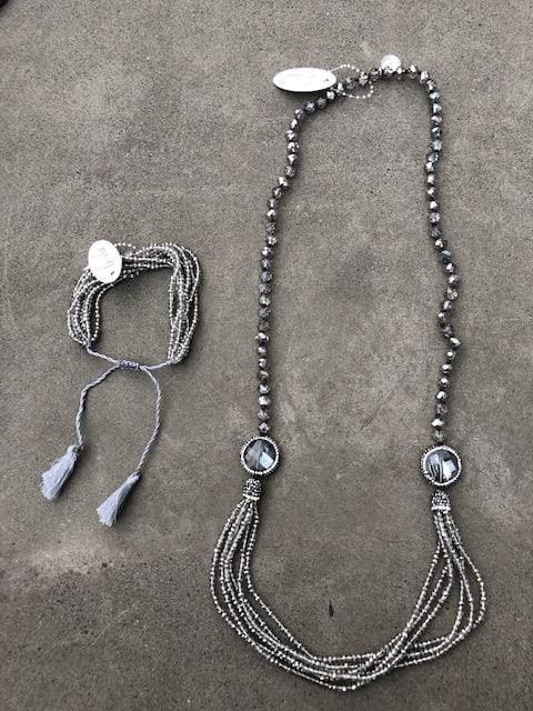 grått armband och halsband