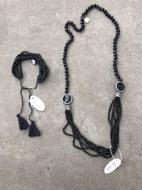 svart armband och halsband