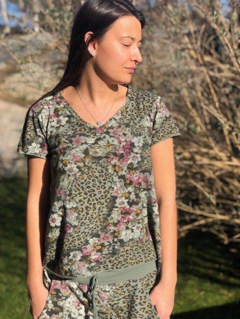 t-shirt med leo och blommor