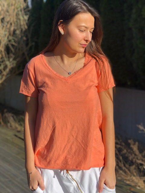 orange v-ringad t-shirt