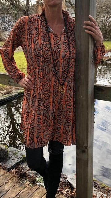 orange snake klänning