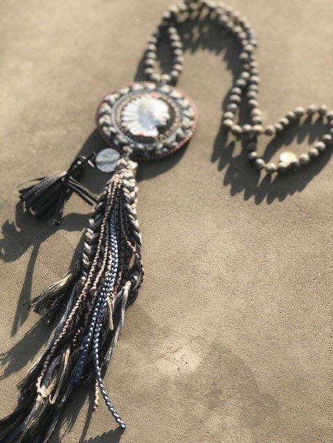 grått halsband indian