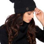 svart mössa och halsduk