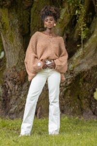 Oversize tröja karamell med mjukt och fluffigt garn