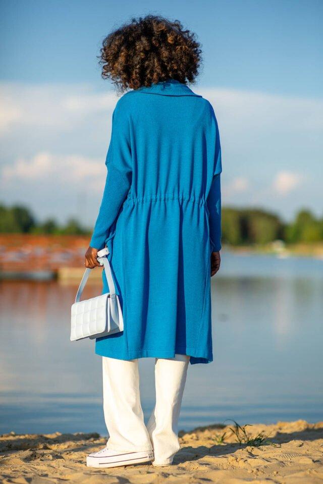 lång blå kofta med huva och dragkedja